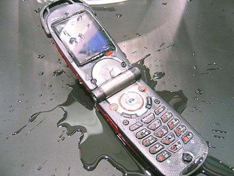Tu celular mojado aún puede seguir con vida...